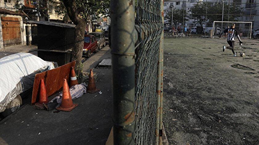 Brezilya'da cesetler sokaklarda bekletiliyor.