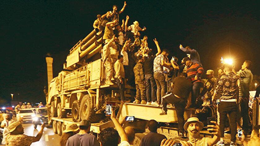 Rus yapımı Pantsir, Libya birliklerince sergilenmek üzere Trablus Meydanı'na götürüldü.