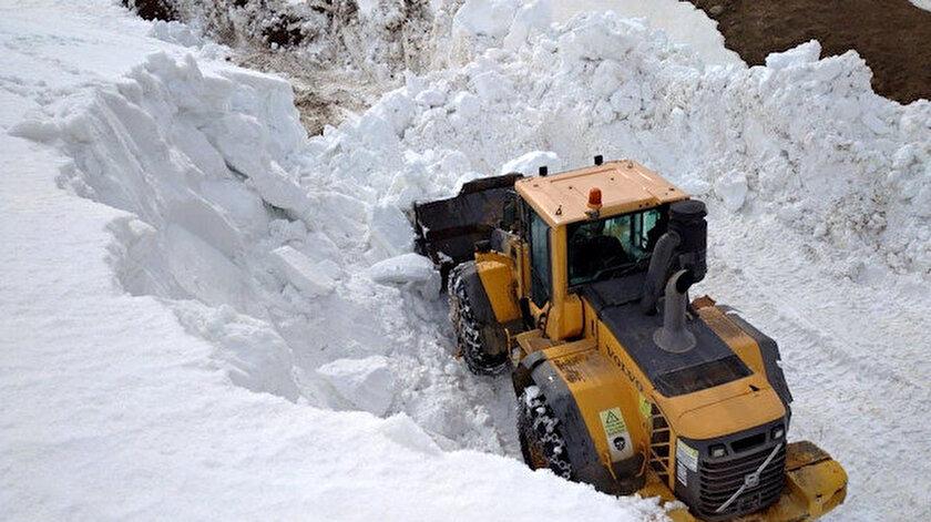Mayısta Bayburt'ta karla mücadele: Ekipler güçlükle çalışmaları sürdürüyor