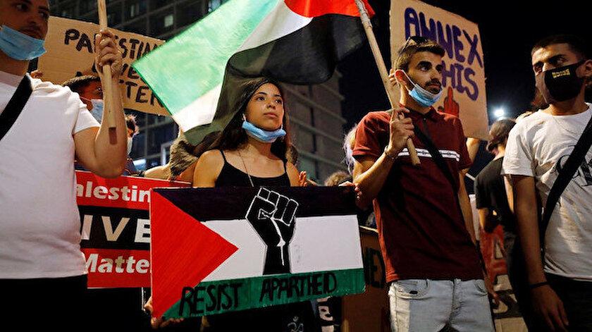 Rabin Meydanı'ndaki protestoya, İsrail vatandaşı Filistinlilerin yanı sıra çok sayıda İsrailli katıldı.