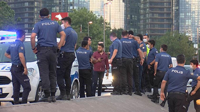 Şirinevler yan yolda yolu kapatan çok sayıda polis, taksiyi durdurdu