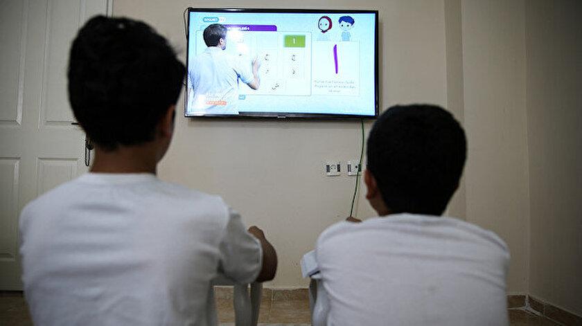 Çocuklar uzaktan eğitim ile Kur'an-ı Kerim öğreniyor.