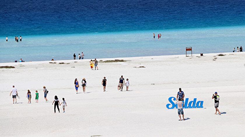 Salda Gölü, her gün Türkiye'nin her yerinden yüzlerce kişiyi ağırlamaya başladı.