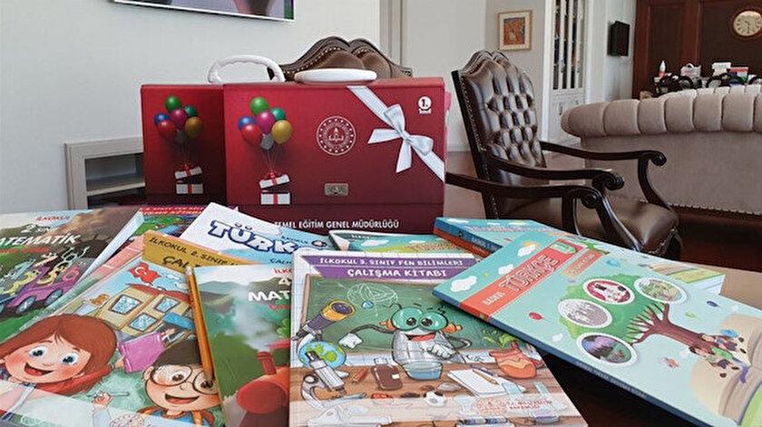 Çalışma kitaplarının dağıtımı, öğrencilerin ilgisini daha çok çekmesi, taşıma ve kullanım kolaylığı sağlaması için sınıflar bazında tasarlanan klasör çanta içinde gerçekleştirilecek.