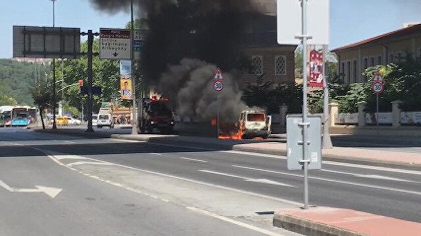 Araç yangını nedeniyle cadde trafiğe kapatıldı.