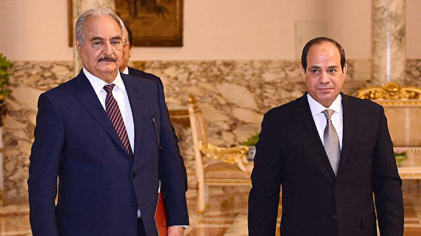 Arşiv - Mısır Cumhurbaşkanı Abdulfettah Sisi (sağda),Libya'nın doğusundaki gayrimeşru silahlı güçlerin lideri Halife Hafter (solda).