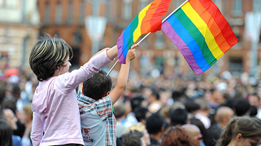 LGBT lobileri farklı alandaki projeleri ile çocukların dünyasında yer edinmeye çalışıyor.