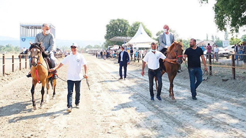 Konuşmalar ve kurdele kesimiyle tesislerin hizmete açılmasının ardından Büyükşehir Belediye Başkanı Alinur Aktaş ve MHP Genel Başkan Yardımcısı İsmet Büyükataman ata binerek tur attı.