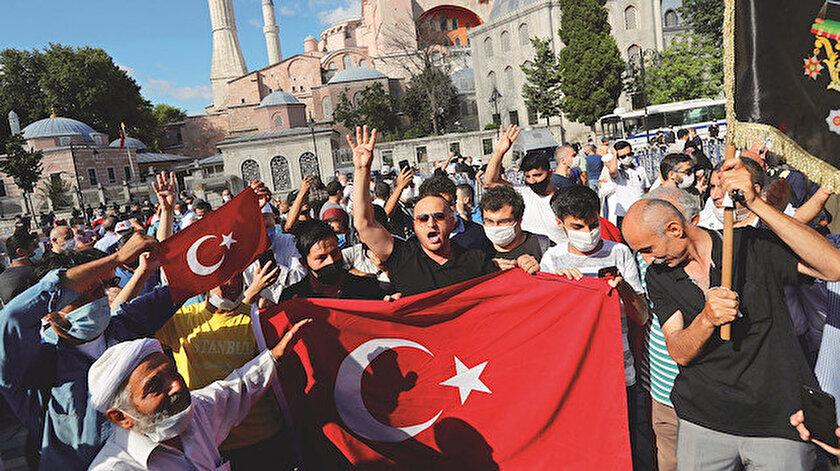Ayasofya'ya akın eden vatandaşlar ellerinde Türk bayraklarıyla tekbir getirdiler.
