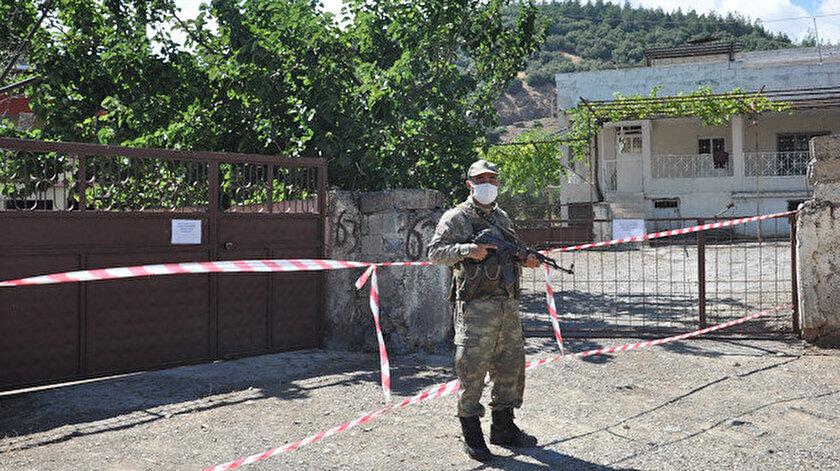 Giriş ve çıkışların yasaklandığı evler ve çevresi, belediye ekiplerince dezenfekte edildi.