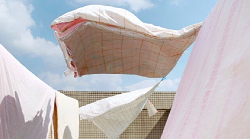 Çin'den Geli Zhao'nun çektiği bulutlu bir günde rüzgarı yakalayan çarşafların görüntülendiği isimsiz çalışması