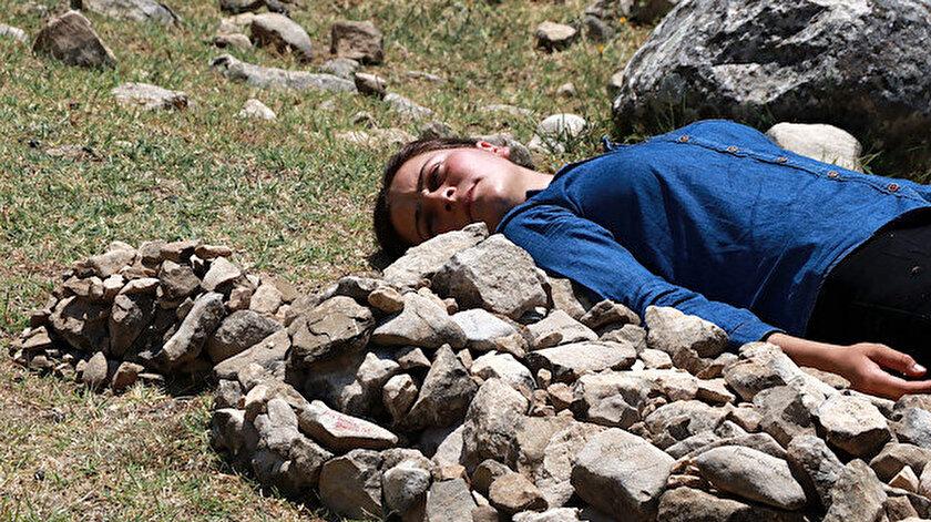 Çoban ressamdan öldürülen kadınlar için taştan heykel