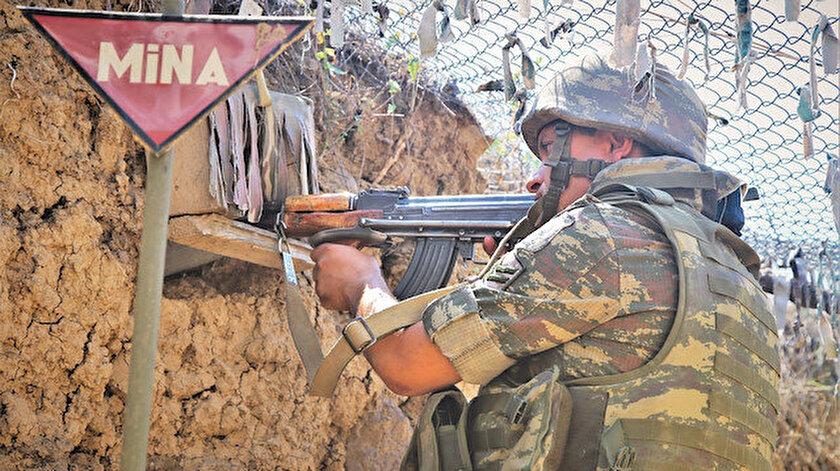 Ermenilerin sınırdaki stratejik yükseklikleri ele geçirmek için Azerbaycan mevzilerine saldırıyor. Ermeni mevzileriyle karşı karşıya nöbet tutan Azerbaycan askerleri de, saldırılara karşılık vermek için tetikte bekliyor.