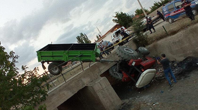 Sürücü direksiyon hakimiyetini kaybederek traktörü kanala devirdi.