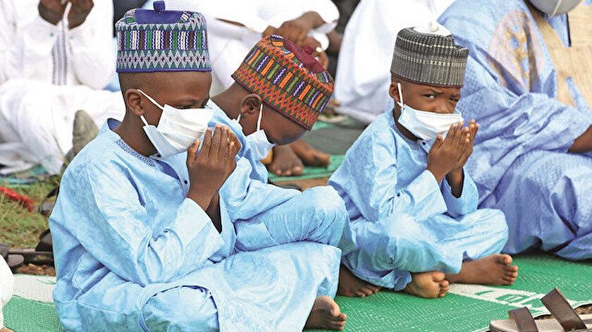 Nijerya'da, başkent Abuja'daki Nur Camii'nde bayram namazı maskelerle kılındı. Cemaatin neşesi çocuklar oldu.