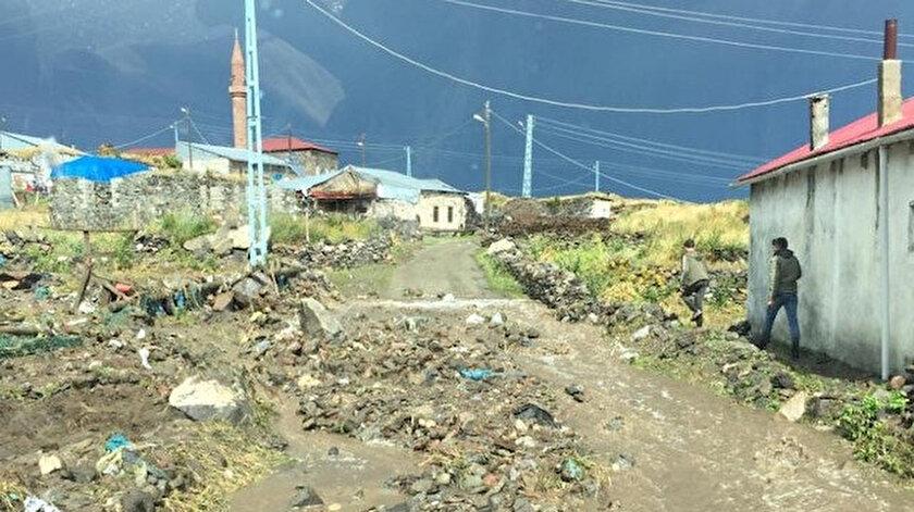 Fırtına ve hortum sonucu bir çok mahallede çatılar uçtu.