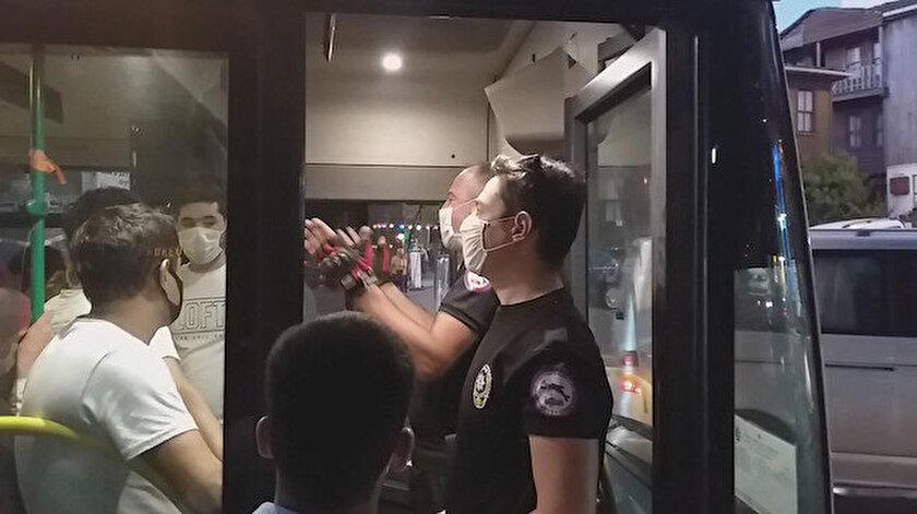 Şile dönüşü kapasitesinin 3 katı dolan otobüsteki fazla yolcuları polis indirdi.