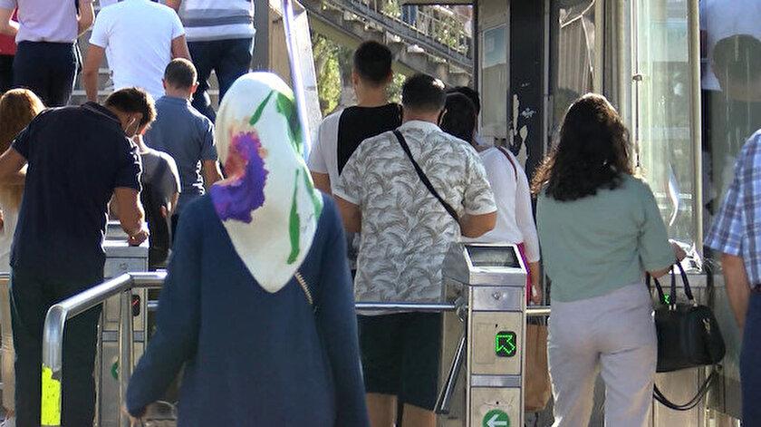 İstanbullular tatil bittikten sonra toplu ulaşım araçlarına akın etti.