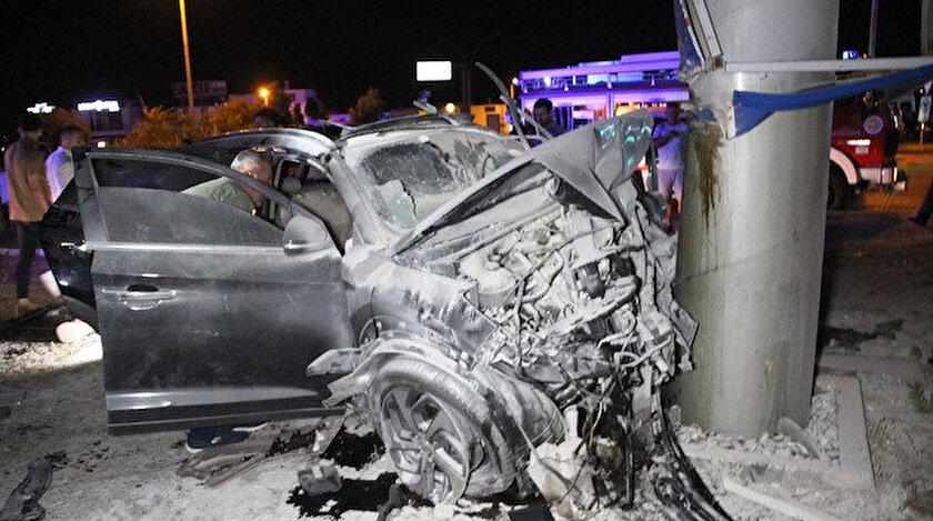 Orta refüje çıkan otomobil daha sonra yol kenarında bulunan toteme çarparak durdu.