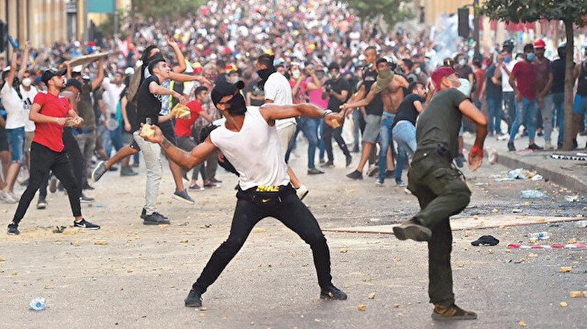 Beyrut'ta öfkeli halk devlet kurumlarını hedef alıyor.