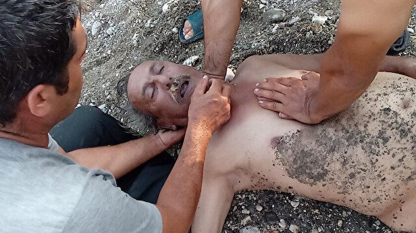 Kıyıda kalbi duran adama filmlerde gördüğü gibi kalp masajı yaptı