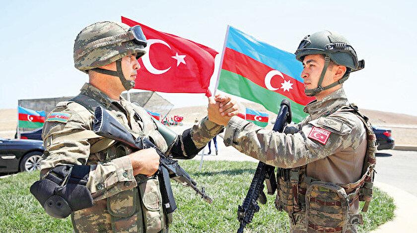 Azerbaycan ve Türk askeri kol kola