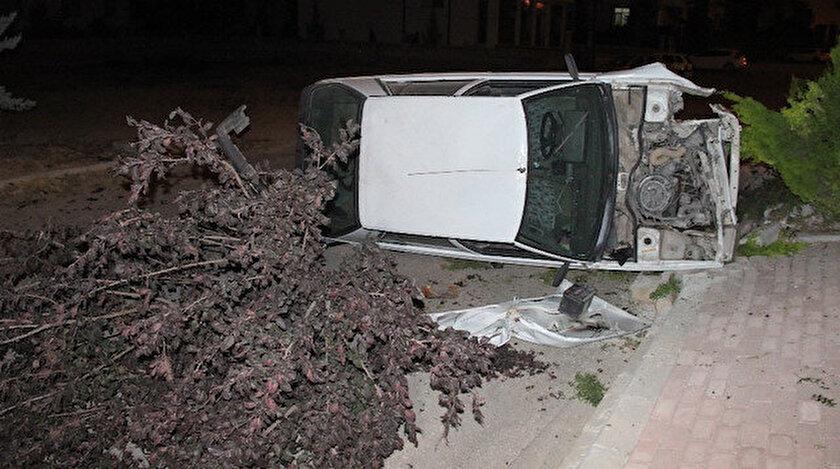 Kaldırıma çıkarak ağaçları kıran otomobil devrildi.