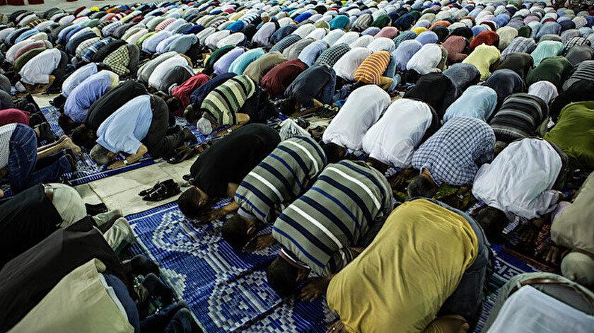 Cuma ve bayram namazlarına geç gelen bir kimse, imam selam verdikten sonra kılmadığı rekatları nasıl kılmalıdır?