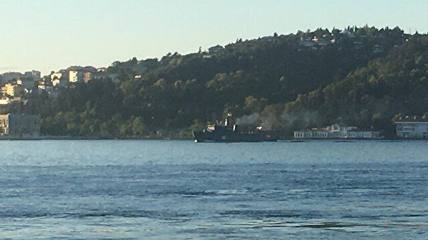 İki Rus askeri gemisi peş peşe İstanbul Boğazı'ndan geçti.