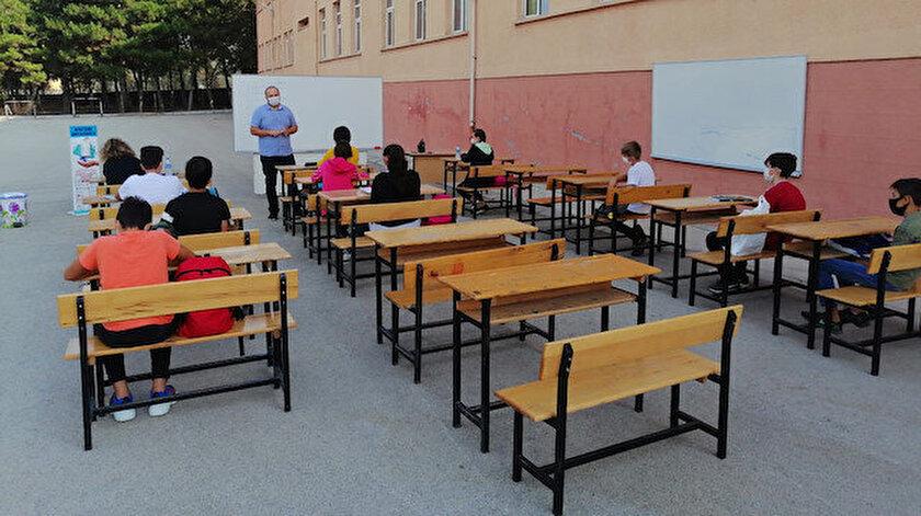 Açık hava sınıfından öğrenciler de veliler de memnun.