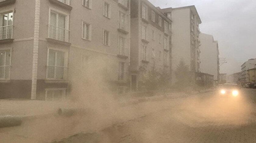 Kum fırtınasının bölgede ağaç yetişmemesi nedeniyle oluştuğu belirtildi.