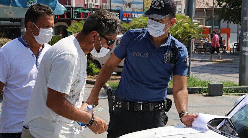 Antalya Emniyet Müdürlüğüne bağlı polis ekipleri, kentin kalabalık ortamlarında maske denetimini sürdürüyor.