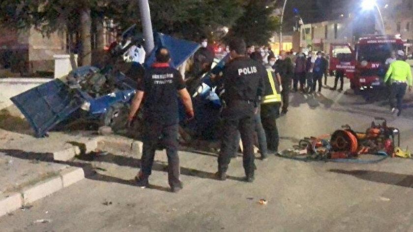 Niğde haberleri: Otomobil önce yayaya sonra elektrik direğine çarptı, ikiye bölündü: Bir kişi hayatını kaybetti, 4 kişi de yaralı