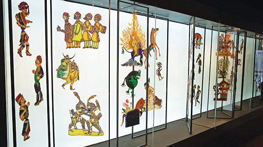 Karagözüm İki Güzüm adlı sergi usta sanatçı Ragıp Tuğtekin'in yaptığı ve Yapı Kredi Müzesi'nin özel koleksiyonunda yer alan tasvirlerinin yanında Tuğtekin'i etkileyen ve ondan etkilenen sanatçıların eserlerinden oluşan 350 yakın Karagöz tasvirinden oluşuyor.