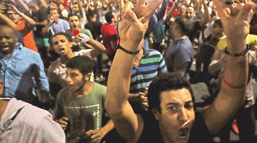 """Göstericiler, """"Uyumam rahat etmem, düşsün Sisi düşsün"""" sloganları atan protestocular, 20 Eylül'de düzenlenmesi planlanan protestolara işaret ederek, """"Korkmuyoruz, korkmuyoruz, seninle bizim aramızda 20 Eylül günü var"""" şeklinde rejime meydan okudu."""