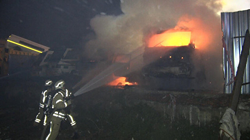Fatih Belediyesi'ne ait olduğu tespit edilen 6 kamyonet yangın sonrası kullanılmaz hale geldi.