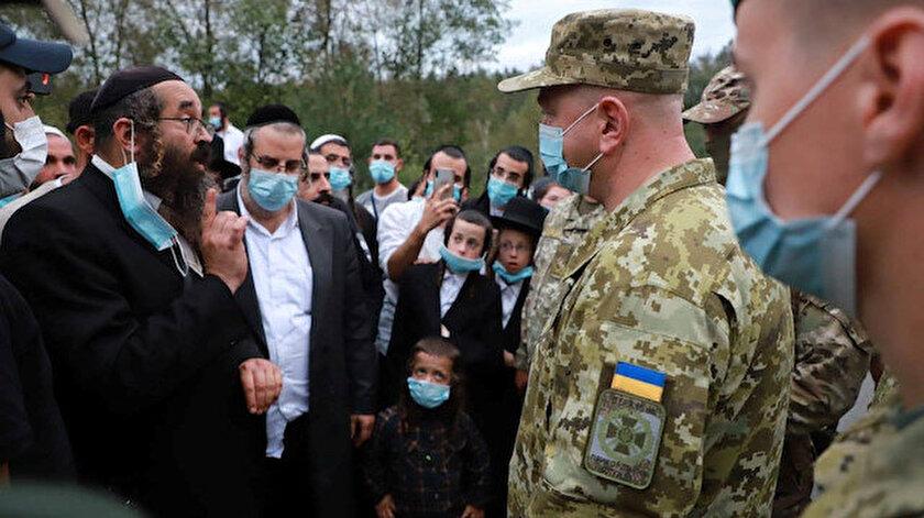 Sınırda kalan Hasidik Yahudiler ile Ukraynalı yetkililer arasında tartışma çıktı.