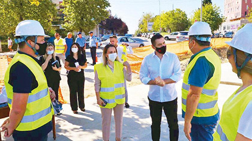  Arnavutluk Yeniden İnşa Bakanı Arben Ahmetaj, ülkede geçen yıl meydana gelen depremin ardından 500 konut inşa etme taahhüdünü uygulamaya koyan Türkiye'ye teşekkür etti. Ahmetaj, Kurbin Belediyesi'ne bağlı Laç bölgesinde 500 konutun inşasının sürdüğü alanda incelemede bulundu. 