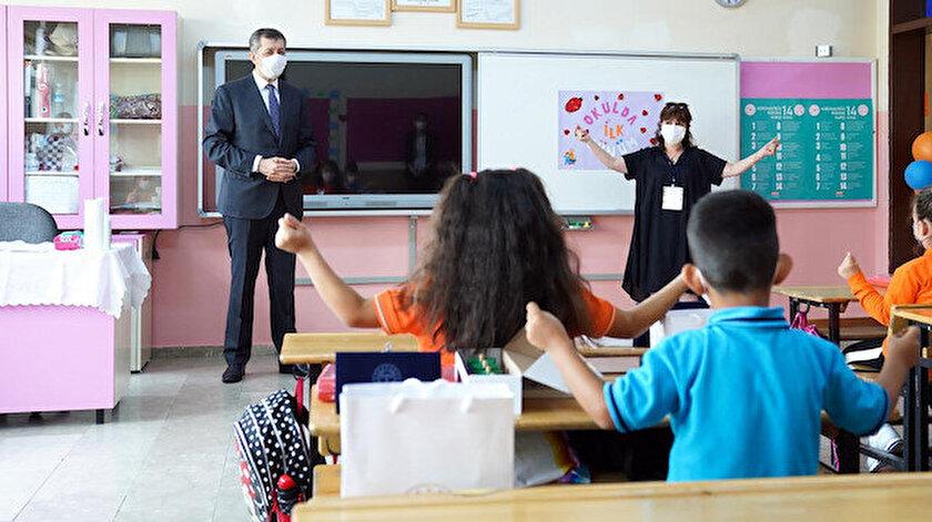 Bakan Selçuk, okulları ziyaret ederek, öğrencilerle sohbet etti.