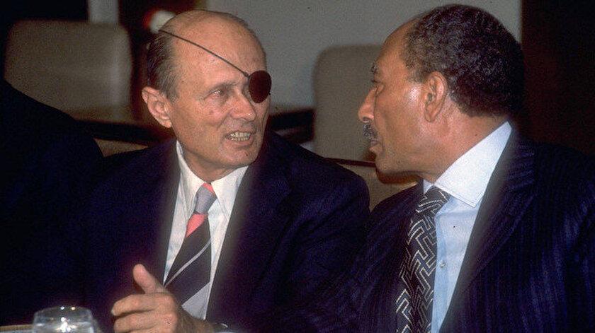 Eski İsrail Savunma Bakanı Moşe Dayan - Mısır Cumhurbaşkanı Enver Sedat (20 Kasım 1977)