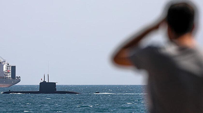 Açık denize ilerleyen denizaltı, bir süre sonra gözden kayboldu.