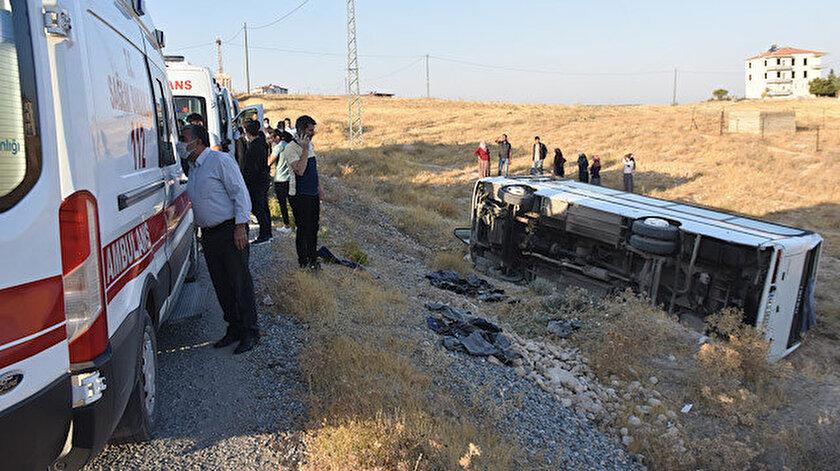 Malatya'da işçi servisinin devrilmesi sonucu 14 kişi yaralandı.