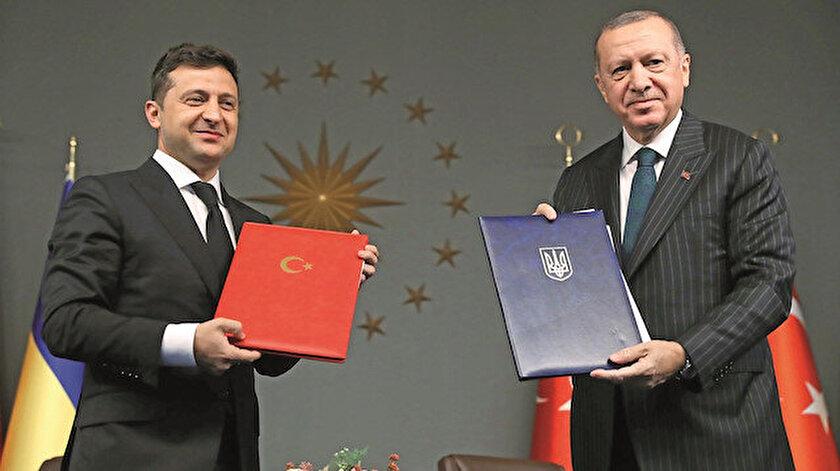 """Görüşmelerde Zelenski, Erdoğan'a """"Ukrayna Devlet Nişanı"""" takdim etti."""