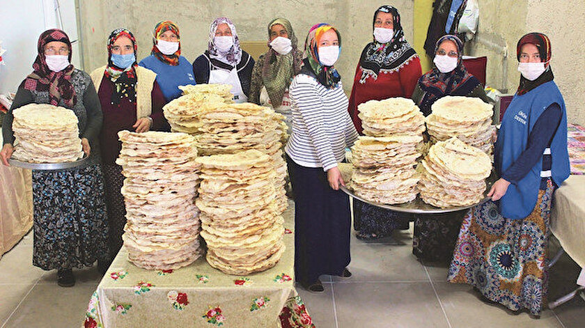 Kocaeli'nin Kartepe ilçesinde yaşayan kadınlar, mahalleye cami yaptırabilmek için her gün binlerce yufka açıp satıyor.