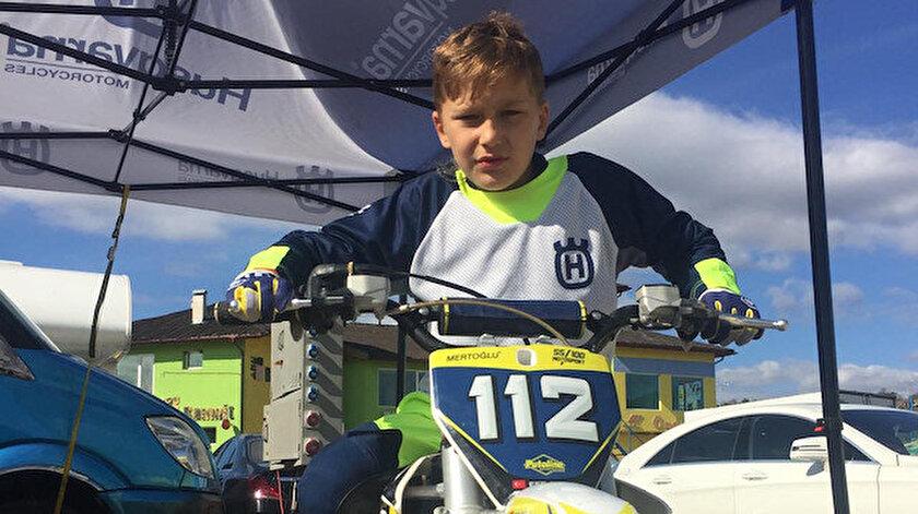 Türkiye motokros şampiyonu 8 yaşındaki Efe Okur, Bulgaristan'da düzenlenen yarışta 65cc sınıfında 3. olarak podyuma çıktı.