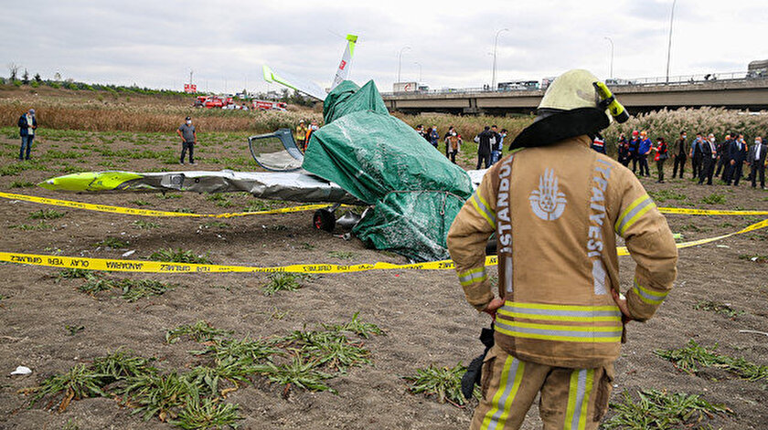 Büyükçekmece'de bir eğitim uçağının boş araziye düştüğü anlarda aracıyla yoldan geçen görgü tanığı o anları anlattı.