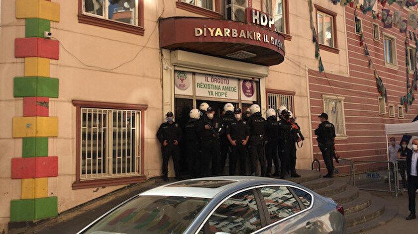 Diyarbakır'da, HDP'nin il ve ilçe binalarına polis operasyonu.