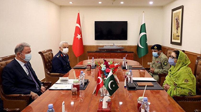 Milli Savunma Bakanı Hulusi Akar ve Pakistanlı mevkidaşı Zubaida Jalal Khan.