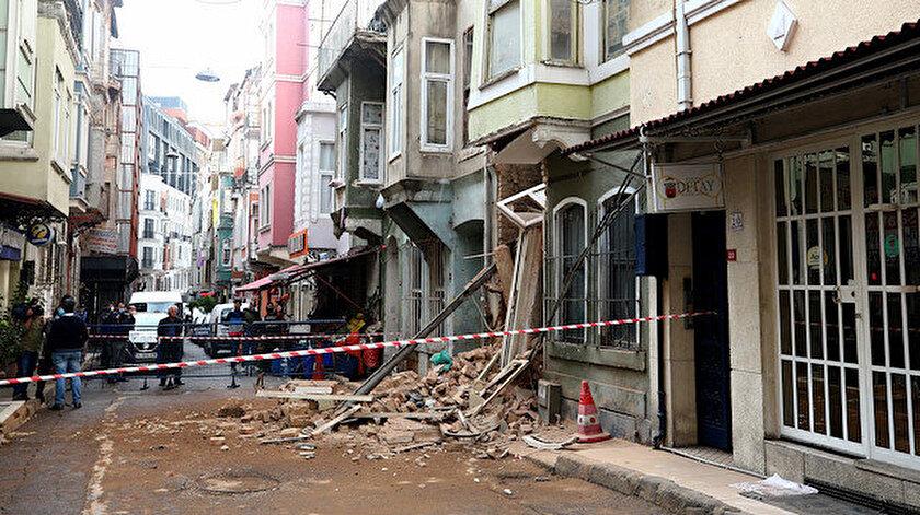 Beyoğlu'nda 2 katlı metruk binada çökme meydana geldi.
