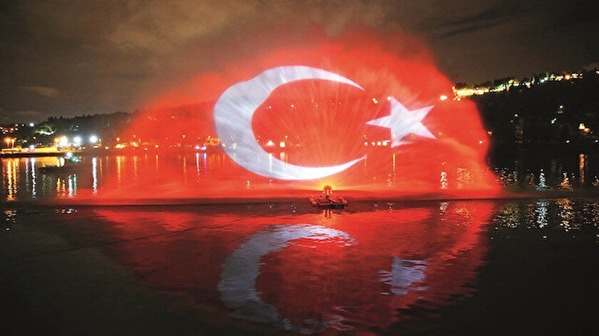 İstanbul'da Haliç, Bozdoğan Kemeri ve Kız Kulesi'nde de ışık şovları ve mapping gösterimleri yer aldı.